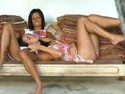 Азиатские лесбиянки развлекаются на кровати
