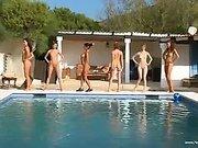 Юные голые девушки у басейна