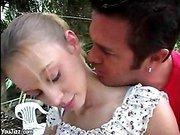 Испанец и юная девушка занимаютя сексом в джунглях