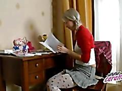 Юную школьницу трахают на столе