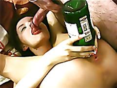 Пьяная девушка засуна бутылку в пизду