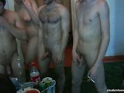 Трое бухих русских парней принялись трахать девицу