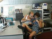 Стив сумел оттрахать молодую сотрудницу в офисе
