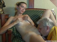 Старик трахает юную девушку