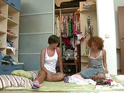 Молодых девчат жарит кобелина и причём обеих сразу