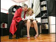 Старый преподавать выебал первокурсницу