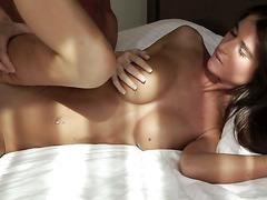Катрина горячо ебётся в кровати со своим жеребчиком