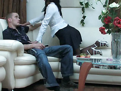 Девку в белых трусиках трахнули на диване