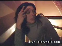Пьяная девушка подрочила парню в туалете